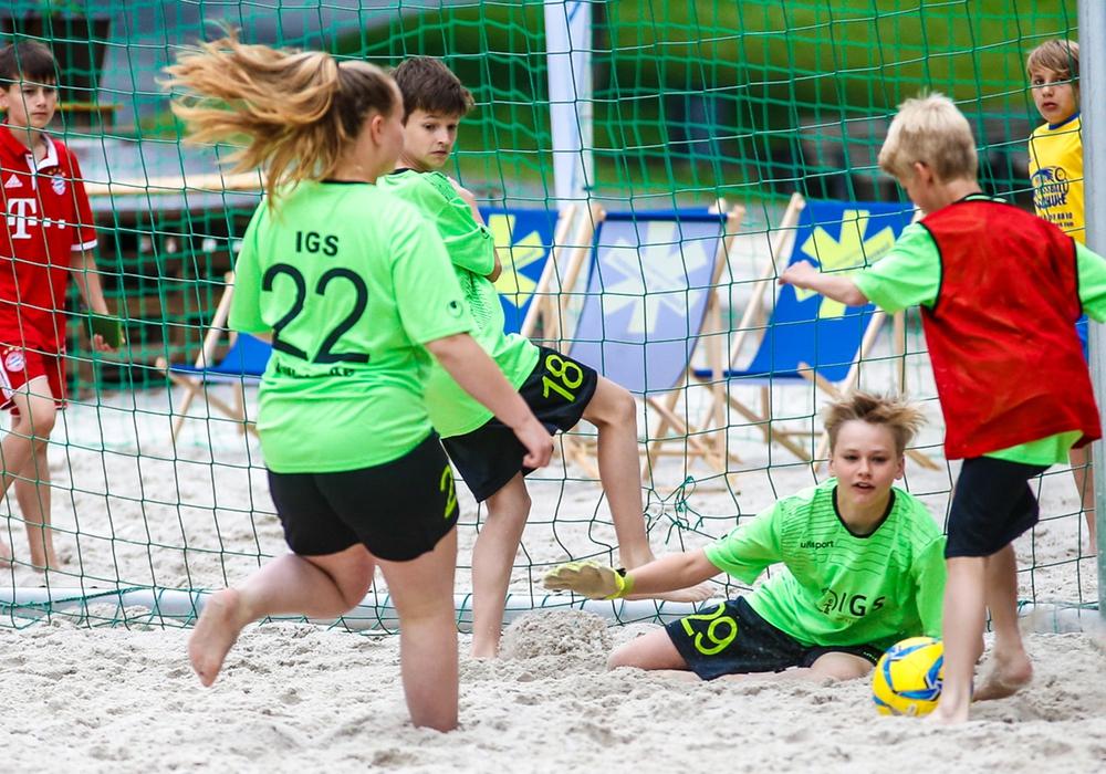 Packende Torszenen gab zur Eröffnung der BeachDays beim Beachsoccer zu sehen. Foto: Stadt Wolfenbüttel