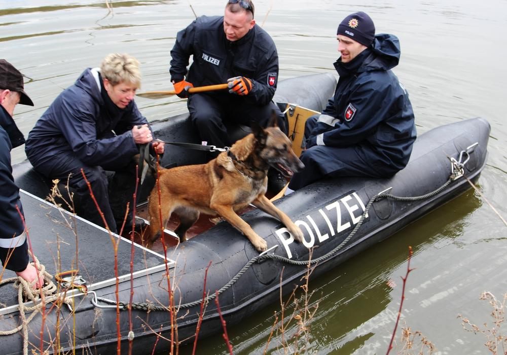 Die Leichenspürhunde suchen nach aus dem Wasser aufsteigenden Verwesungsgasen. Fotos: Sandra Zecchino