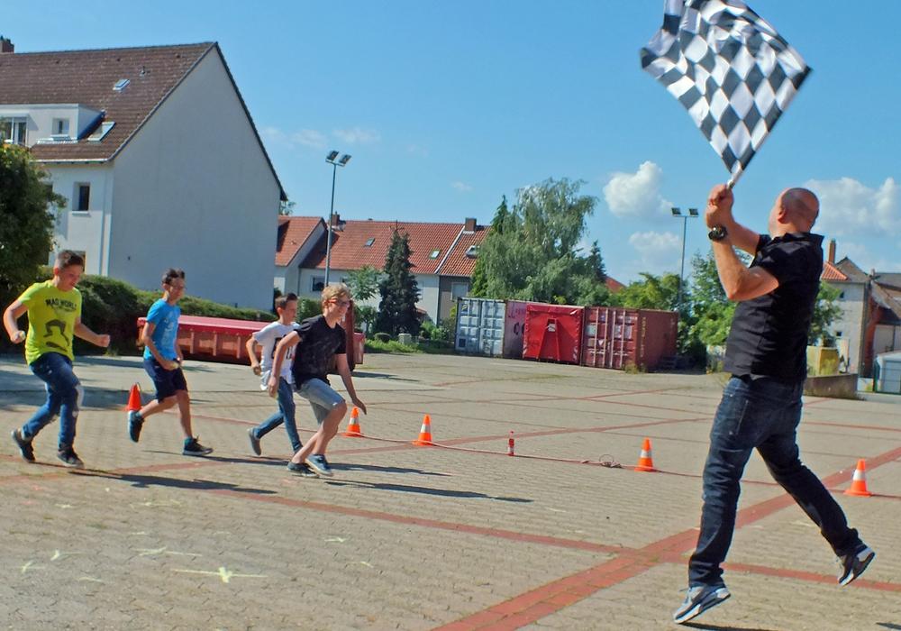"""Die Kreisverkehrswacht Helmstedt und der ADAC Ortsclub Helmstedt unterstützten den ADAC-Baustein zur schulischen Verkehrssicherheitsarbeit """"Achtung Auto"""". Foto: Klaffehn"""