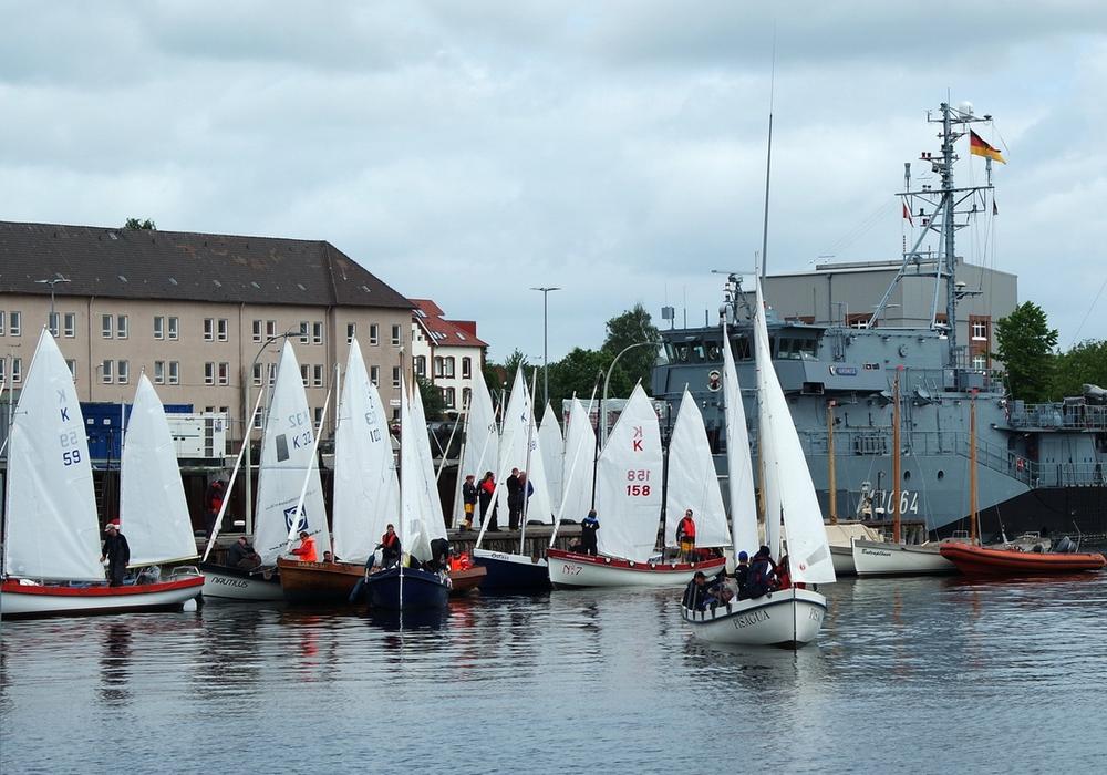 Das Feld der ZK10-Kutter beim morgendlichen Aufbruch zur Regattabahn auf der Kieler Förde. Foto: Marine-Jugend Braunschweig