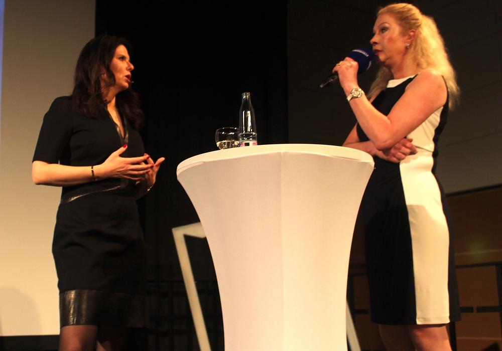 Referentin Beate Munding (li.) im Gespräch mit Elke Fasterding. Fotos: Alexander Dontscheff