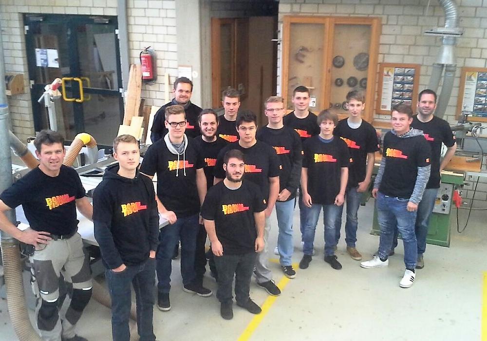 Anfang der Woche überreichte die Tischlerinnung die neuen Kampagnen-T-Shirts an die Tischler-Azubis. Foto: Kreishandwerkerschaft Region Braunschweig-Gifhorn