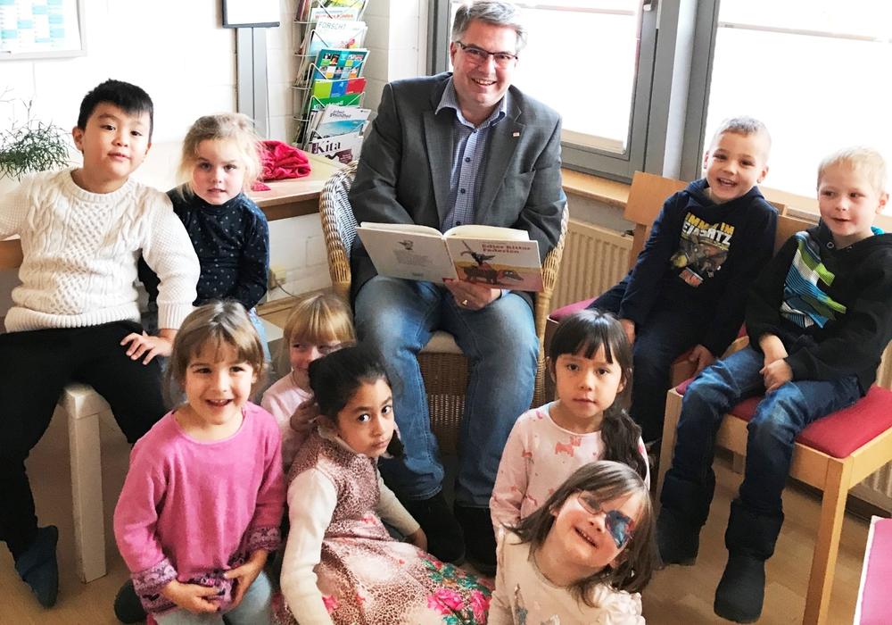 Andreas Otto beim Vorlesetag in der Kindertagesstätte St. Altfrid. Foto: Gifhorner Wohnungsbau-Genossenschaft eG