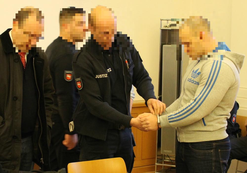 Der mutmaßliche Schulschläger (rechts) vor Gericht. Foto: Dontscheff