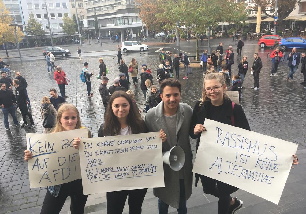 Die Organisatoren von links: Hannah Schlickert, Laura Aliu, Cag Kücükler und Josephine Weigand bei ihrer Protest-Aktion. Foto: Nick Wenkel