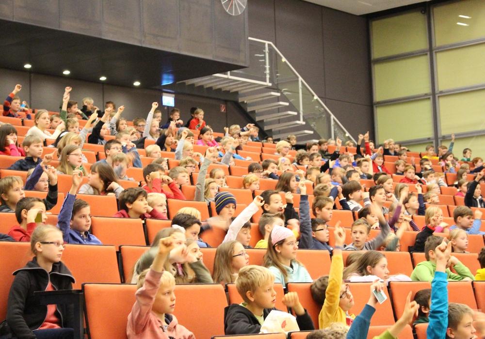 Ein gefüllter Saal voller wissbegieriger Kinder bei der Kinderuni im Audimax der TU Braunschweig. Foto: Archiv/ Max Förster