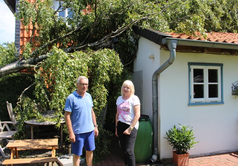 Wolfgang und Elfi Neumann sind geschockt. Die massive Birke wurde entwurzelt und stürzte auf ihr Hausdach. Fotos: Alexander Dontscheff