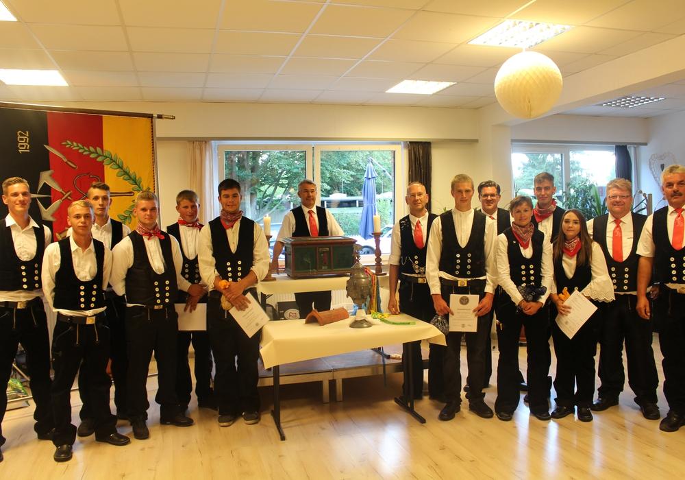Die Neu-Gesellen und der Innungs-Vorstand. Fotos: Jonas Walter