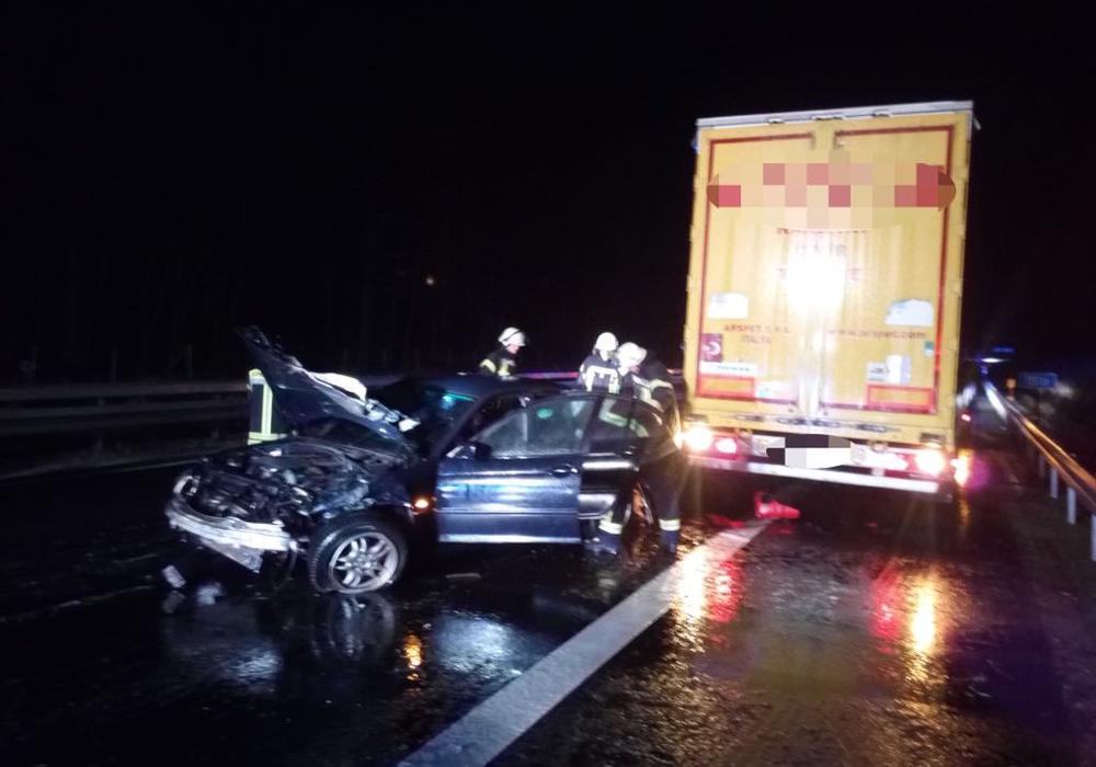Das Auto wurde den Unfall komplett zerstört. Fotos: Feuerwehr Flechtorf