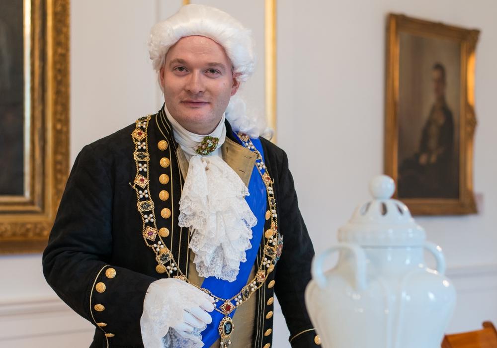 Herzog Karl Wilhelm Ferdinand, Carolines Vater, widmet sich in einer Führung den Verwandtschaftsverhältnissen seiner Familie. Foto: Schlossmuseum