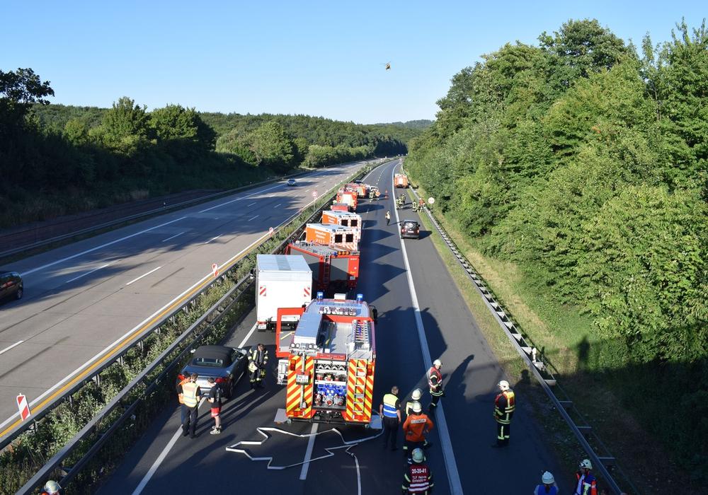 Durch die Bergungsarbeiten war die A7 über Stunden gesperrt. Auch der Rettungshubschrauber Christoph 30 aus Wolfenbüttel war im Einsatz. Foto: Polizei Hildesheim