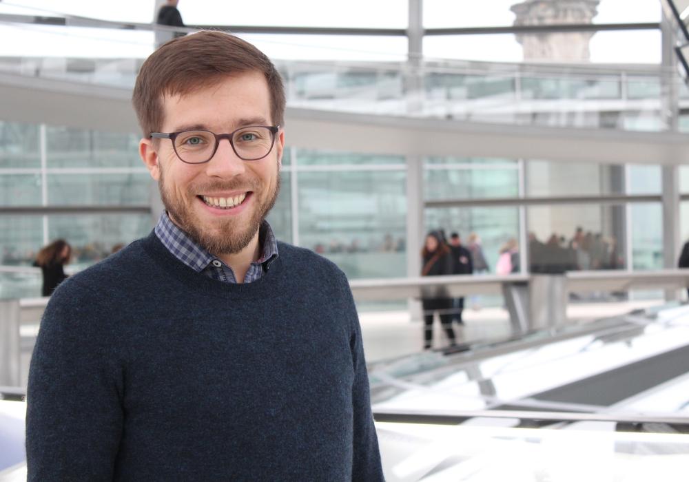 Der Bundestagsabgeordnete Victor Perli unterstützt eine Aktion des Weltladens. Foto: DIE LINKE