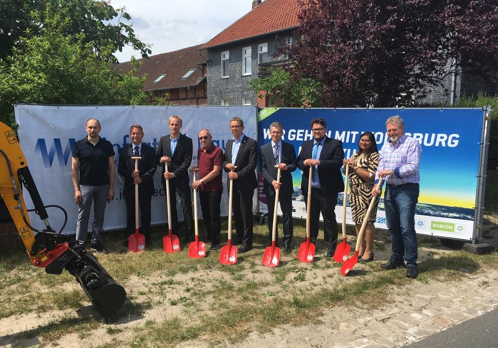 Spatenstich Glasfaserausbau in Almke mit Oberbürgermeister Klaus Mohrs (Mitte). Foto: Stadt Wolfsburg
