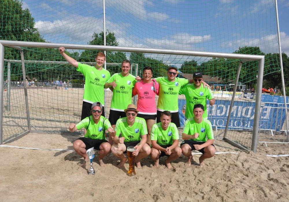 Die Edeka-Crew freut sich über den Gewinn des Beachsoccercups am Tankumsee. Foto: Frank Krüger