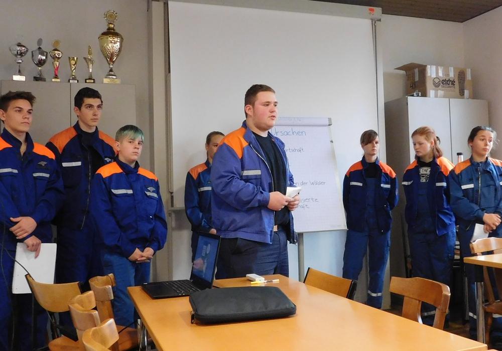 Die Teilnehmer mussten ihre Fertigkeiten unter anderem in den Bereichen Feuerwehrwissen, Technik in der Feuerwehr und im Sport beweisen. Foto: Kreisjugendfeuerwehr