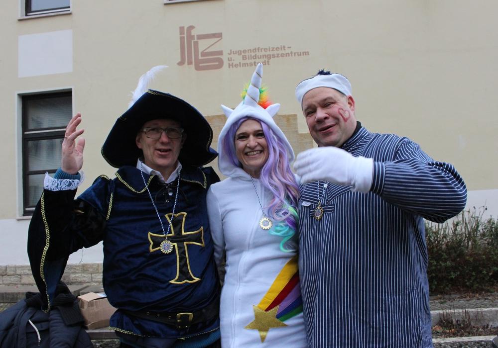 Bürgermeister Wittich Schobert (r.) feierte gemeinsam mit den Organisatoren Denise Kuhnt und Wolfram Wrede vom Helmstedter Elferrat. Fotos: Eva Sorembik