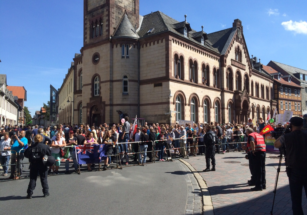 """Rund 1.000 Gegendemonstranten stehen gut 80 Anhängern der Partei """"Die Rechte Harz"""" gegenüber. Foto: Anke Donner"""