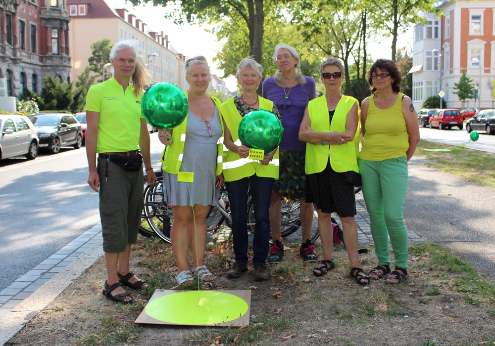 Die Mitglieder der Bürgerinitiative Baumschutz möchten, dass die Lücken auf der Jasperallee wieder mit Bäumen ausgefüllt werden. Fotos: Alexander Dontscheff