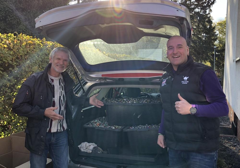 Frank Keipert und Holger Busse bei der Sammelaktion. Foto: Tanja Busse