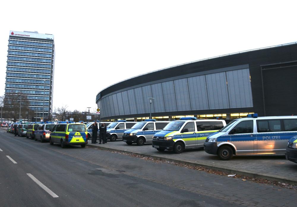 Die Polizeipräsenz ist ungebrochen groß, doch von Demonstranten fehlt am Sonntagmorgen jede Spur. Fotos: Werner Heise