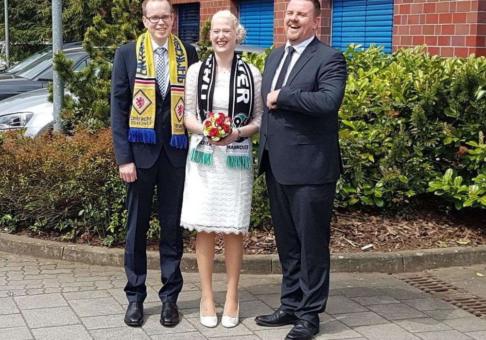 Nach der Trauung fanden sich die Brautleute stilecht mit Fanschals noch mit dem Bürgermeister zu einem Erinnerungsfoto zusammen. Foto: Stadt Lehre