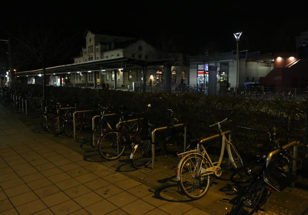 Ist es hier an der Fahrrad-Abstellanlage am Bahnhof zu dunkel? Foto: Werner Heise