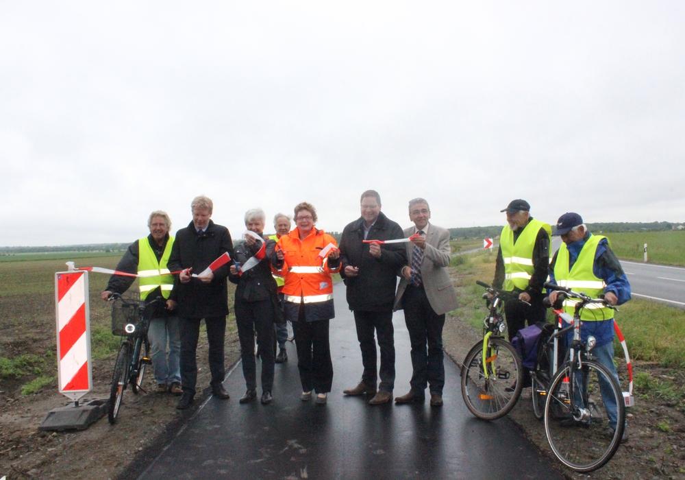 Nach sechsmonatiger Bauzeit konnte am Dienstagvormittag der Radweg zwischen Salzdahlum und Mascherode für den Fahrradverkehr freigegeben werden. Fotos: Anke Donner