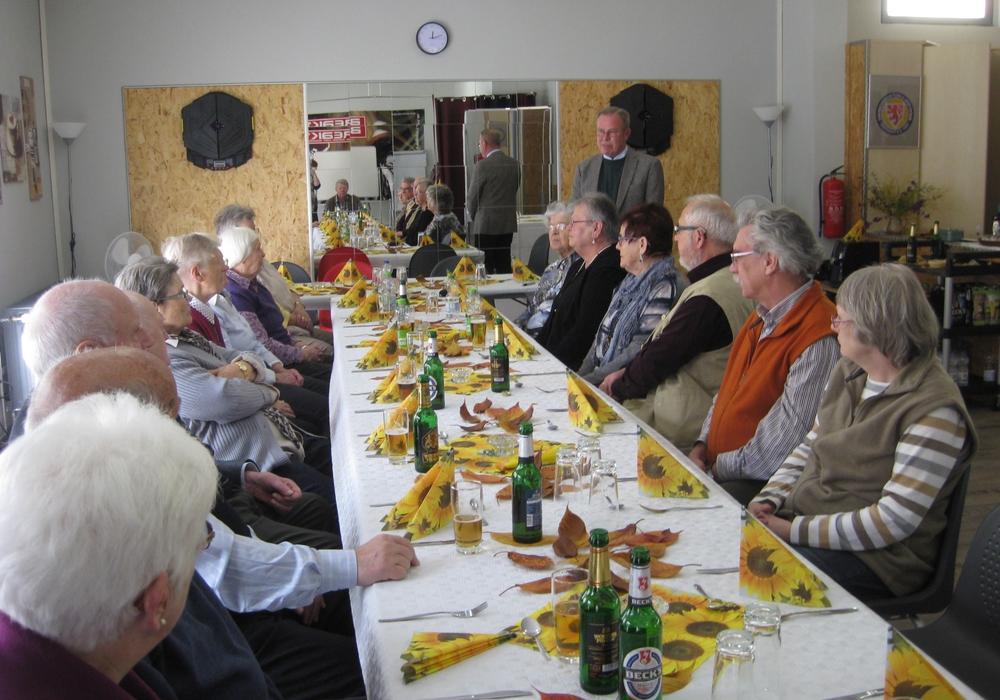 Der Vorsitzende Hans-Jochachim Kröger begrüßte die AWO-Mitglieder und Geburtstagskind Rudi Fricke Foto: Privat