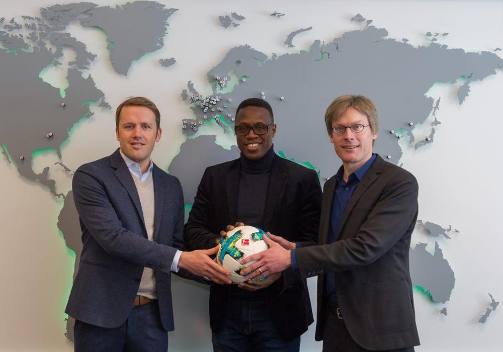 Olaf Rebbe, Pablo Thiam und Dr. Tim Schumacher (v.l.n.r.). Foto: VfL Wolfsburg