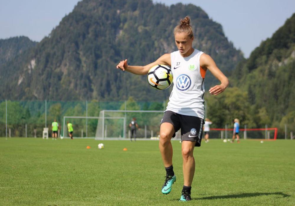Ewa Pajor am Ball. Sie und die Frauen des VfL Wolfsburg absoliverten eine Woche lang ein konzentriertes Trainingslager. Foto: VfL Wolfsburg