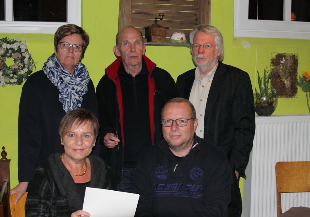 Vorn: Gruppensprecher Birgit Pieper-Günter und Carsten Marowsky-Brée Hinten: Heidi Petersen, Werner Mühlenberg, Heinrich Füchtjohann. Foto: Privat