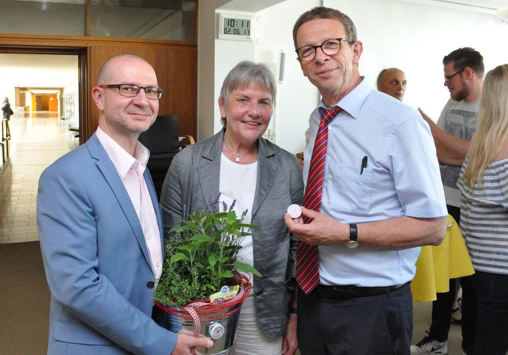 Peter Wagner (Vorsitzender Gesamtpersonalrat), Lucie Pötter-Brandt, Oberbürgermeister Klaus Mohrs. Foto: Stadt Wolfsburg