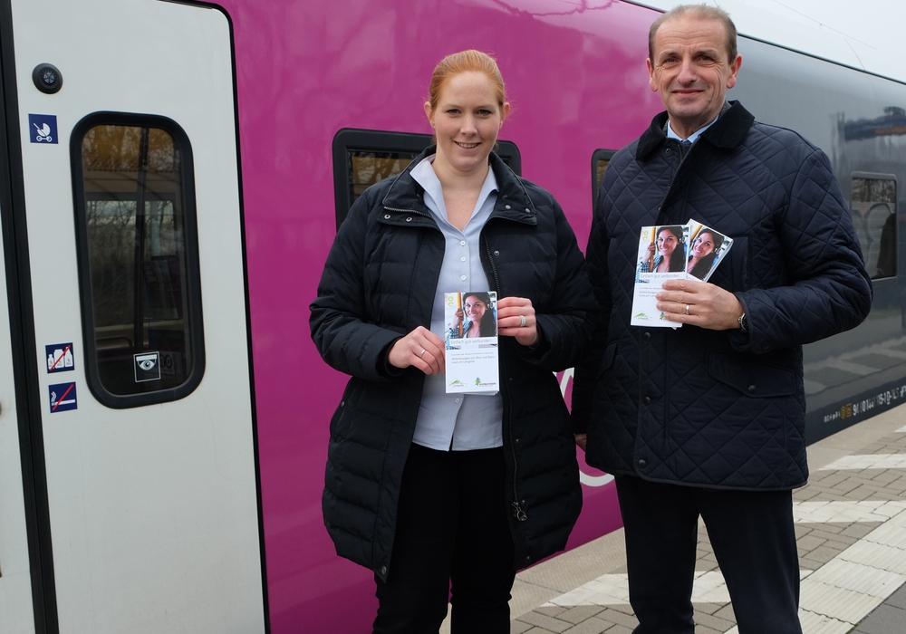 Maren Wegener und Henning Brandes bei der Vorstellung des Mobilitätsflyers. Foto: Regionalverband