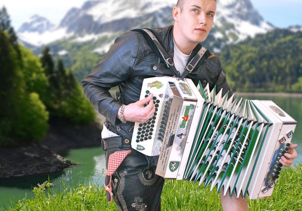 Am Samstag tritt Joey Gabalögl als Andreas Gabalier-Double beim Lichterfest in Fümmelse auf. Vorher hat er schon einmal im Interview mit regionalHeute.de erzählt, auf was sich die Besucher freuen dürfen. MPM Music GmbH
