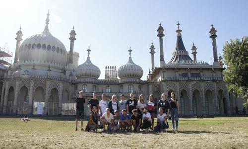 Jugendliche am Royal Pavillion in Brighton.