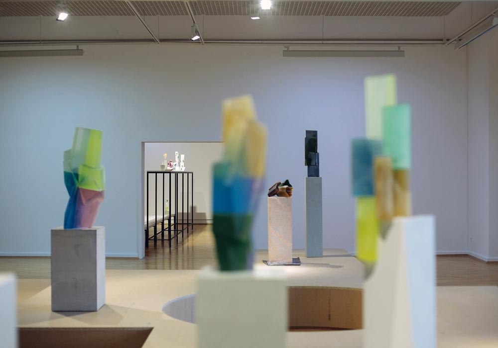 """Kai Schiemenz """"Große und Kleine - Pistazie/Malve/Koralle"""" Ausstellungsansicht Städtische Galerie Wolfsburg mit den Glasskulpturen """"Big Four Colours II"""" 2015, """"Four Colours"""" 2014, """"Wings of Colour"""" 2013 (von links, alle aus Privatsammlungen) © Kai Schiemenz, Courtesy Galerie EIGEN+Art Berlin/Leipzig, Foto: Janina Snatzke"""