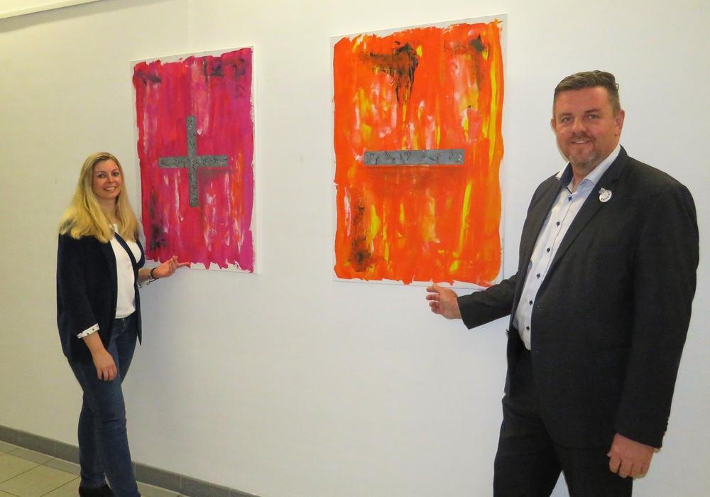 Melanie Dvorak und Bürgermeister Andreas Busch bei der Eröffnung der Ausstellung. Foto: Gemeinde Lehre