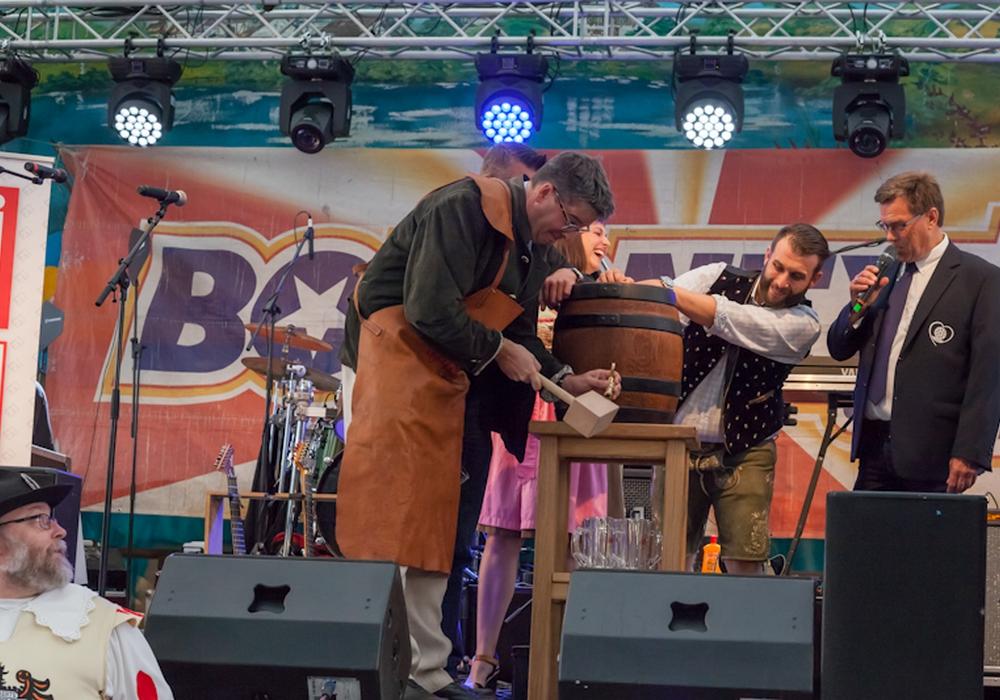 Mit dem traditionellen Bierfassanstich im Bayern-Festzelt eröffnete Oberbürgermeister Dr. Oliver Junk am Freitagabend das Volks-und Schützenfest in Goslar. Fotos: Anke Donner