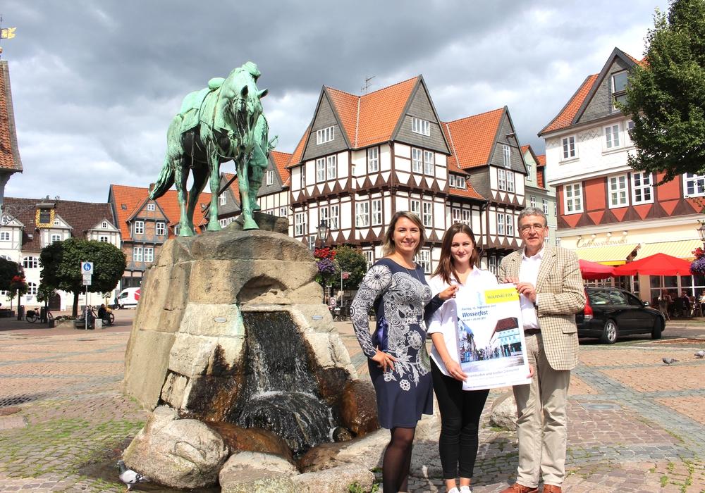 Von links: Anna Wohlert-Boortz, Vivien Strümpfler und Bürgermeister Thomas Pink bei der Präsentation des Wasserfestes. Foto: Nick Wenkel
