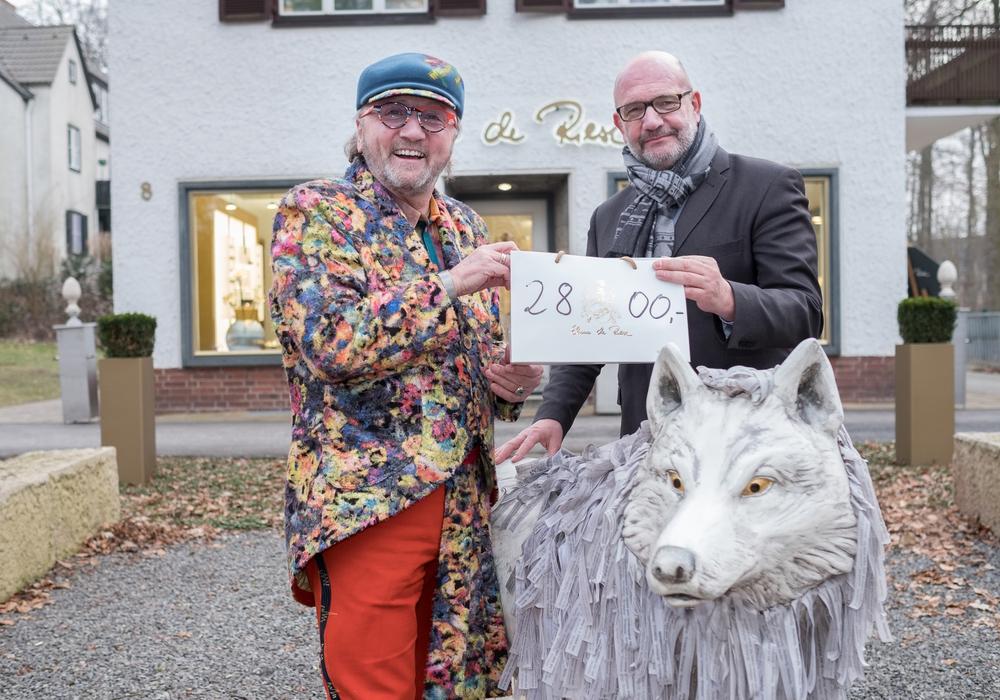 Ehme de Riese (l.) spendete 2.800 Euro an den Förderverein ready4work e.V. Dessen Vorstandsvorsitzender Bernd Osterloh (r.) nahm die Spende entgegen. Foto: Ina Fligge Fotografie