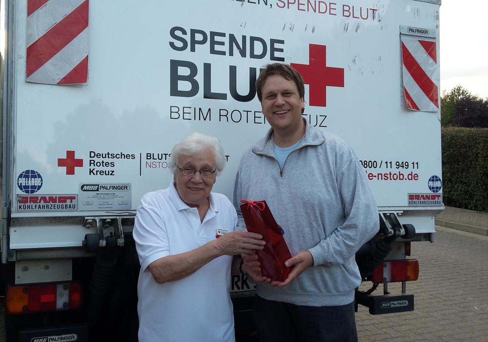 Frau Ruth Semke vom DRK Ortsverein Adersheim - Leinde und Jochen Seyffert (85. Spende). Foto: Privat