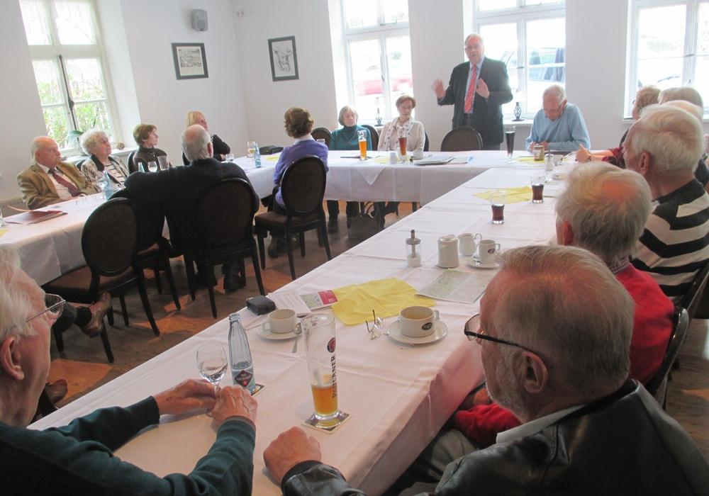 Diskussionsrunde CDU-Senioren: Jochen Konrad Fromme (stehend) bei der Diskussion mit  Gesprächsleiterin  Ursula Hertzer (links daneben ) und den weiten Teilnehmern. Foto: Privat