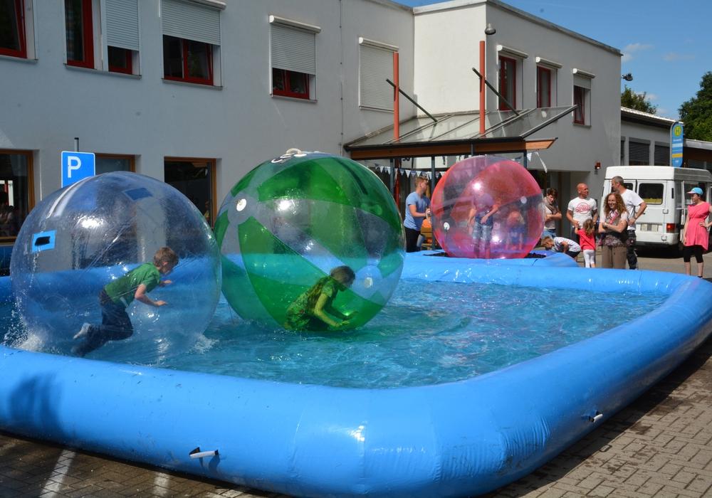 Waterballs gehören zu den Attraktionen für Kinder beim Sommerfest der Lebenshilfe. Foto: Lebenshilfe