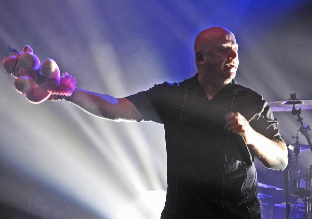 """Sänger Ronan Harris band das Plüsch-Einhorn """"Rosi"""" kurzerhand in seine Show ein - und bereitete einem Fan damit ein ganz besonderes Geschenk. Fotos: Marvin König"""