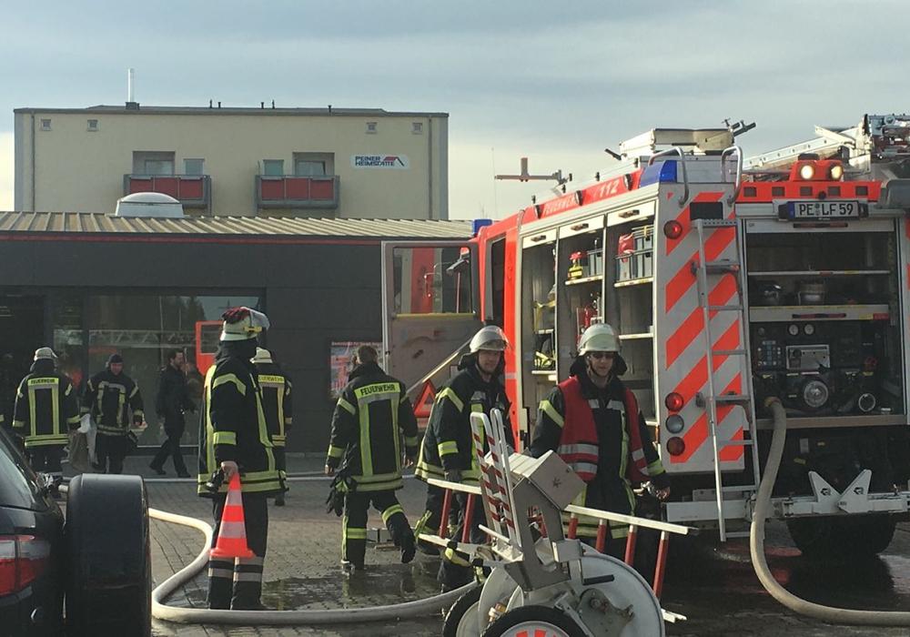 Die Feuerwehr im Einsatz beim Penny-Markt in Peine. Fotos/Redakteur vor Ort: Frederick Becker