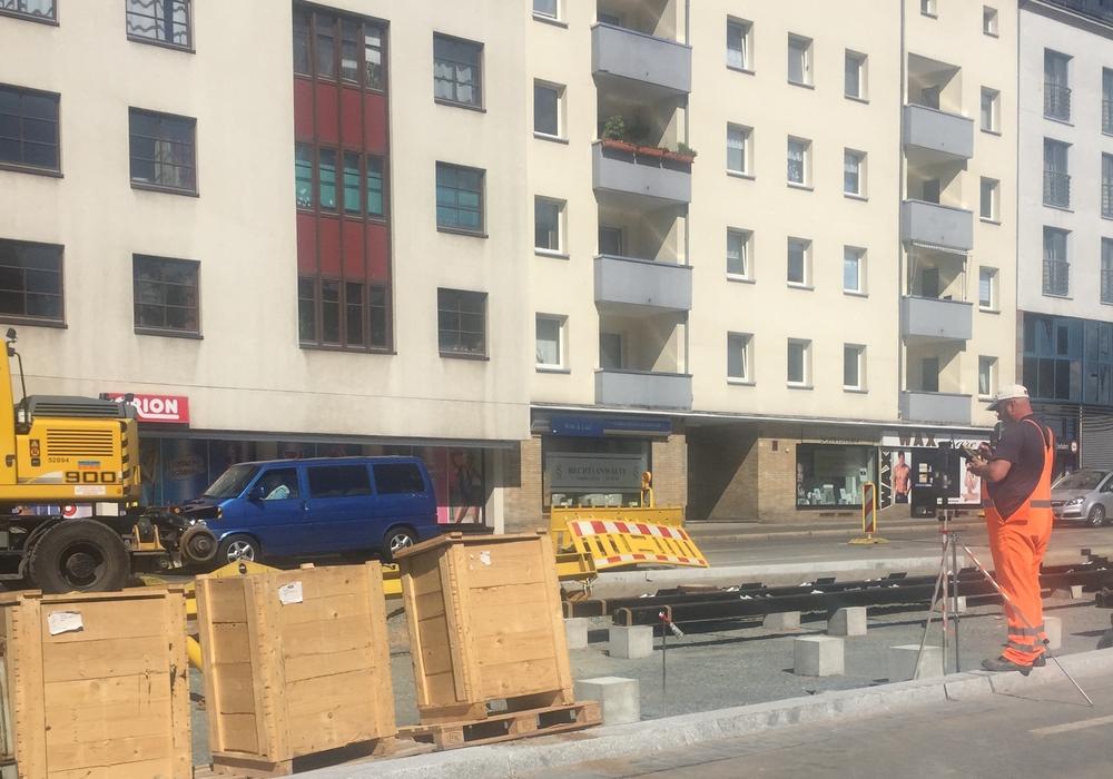 Im März begannen die Bauarbeiten auf der Stobenstraße und die Straßenbahnlinien 1 und 2 wurden umgeleitet. Wir haben mit Verkehrs-GmbH-Sprecher Christopher Graffam über den aktuellen Stand der Arbeiten gesprochen. Foto: Robert Braumann