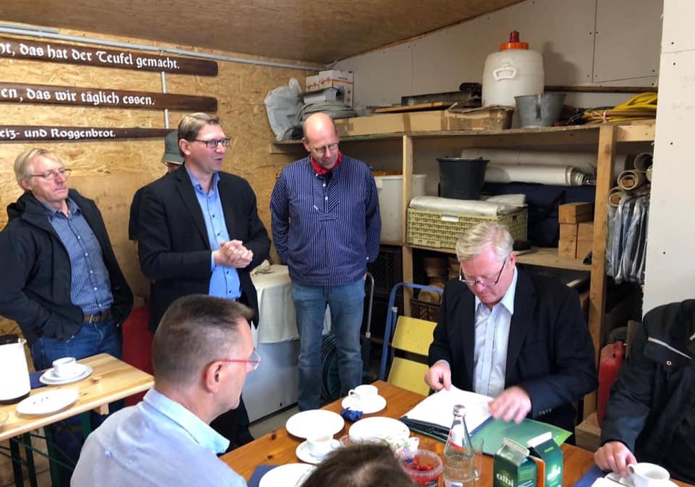 Niedersachsens CDU-Chef Bernd Althusmann beim Mühlenfrühstück im Nebengelass der Bockwindmühle Dettum mit CDU-Samtgemeindebürgermeisterkandidat Marco Kelb. Foto: Marco Kelb