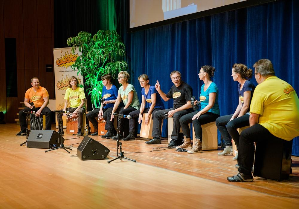 Mit Trommeln aus Kisten verzaubern die Musiker das Publikum. Foto: CAJOOM!