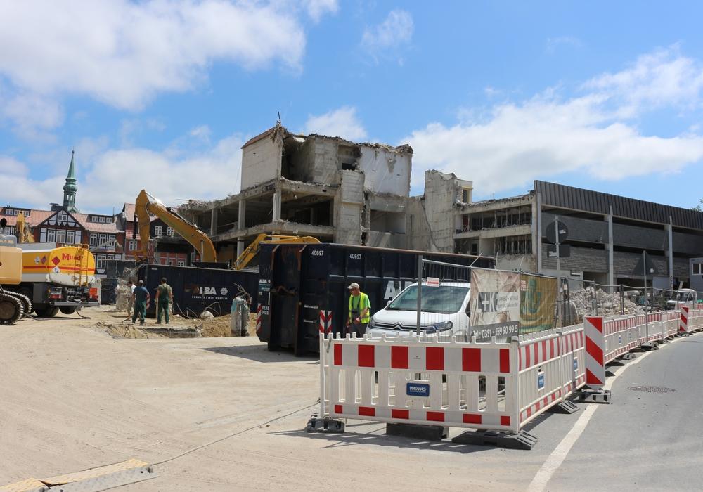 regionalHeute.de zeigt noch einmal, wie der Hertie-Abriss vorangeht. Fotos/Video: Archiv