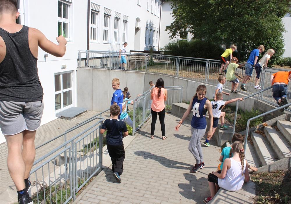 """Nicht über Stock und Stein, aber über Bänke, Poller und Geländer ging es heute für 24 Ferienkinder beim """"Parcours-Schnupperkurs"""". Foto: Anke Donner"""